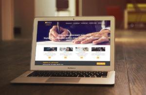 Fotografie webových stránek společnosti Insia MAX na monitoru MacBook Air.