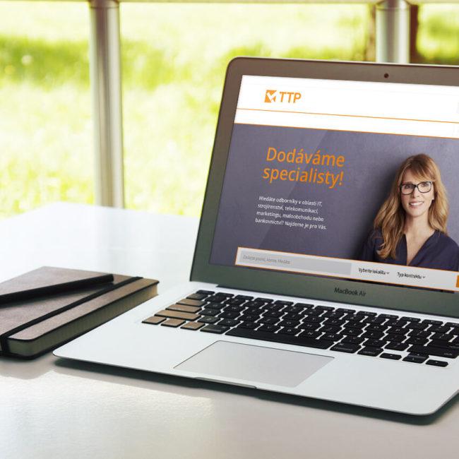 Fotografie úvodní stránky webových stránek společnosti TTP na monitoru MacBook Air