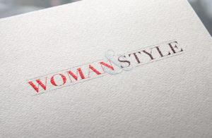 Červenočerné logo internetového časopisu Woman&Style na bílém papíře.