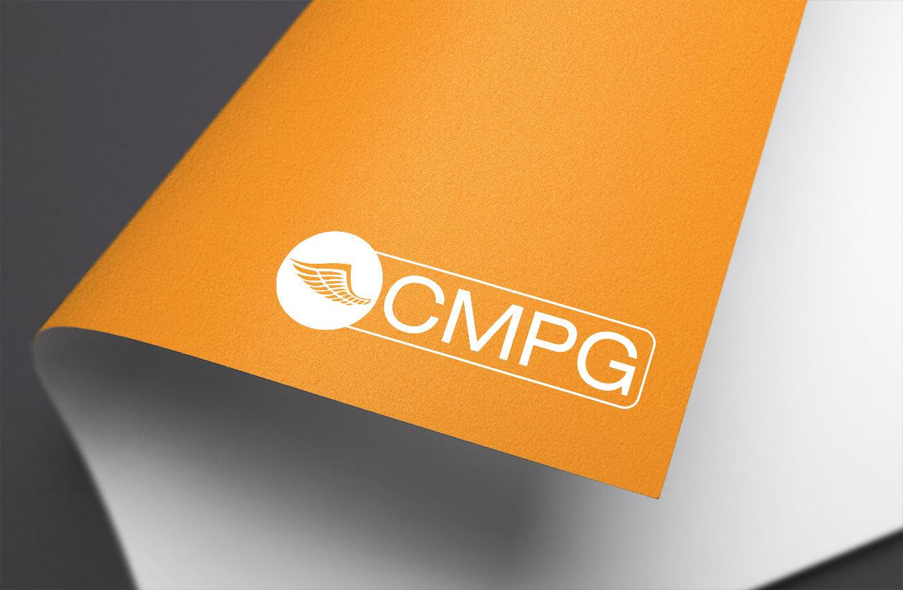 fotografie loga společnosti CMPG na oranžovém pozadí