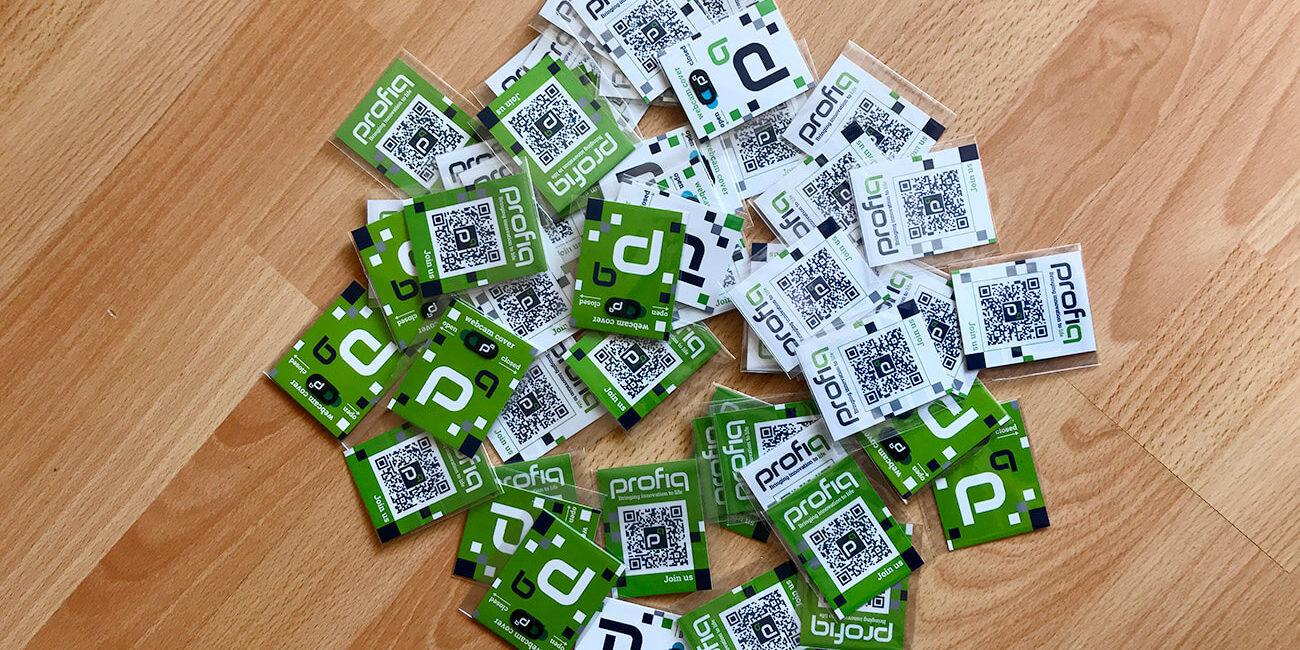 Fotografie většího množství krytek na web kamery na zelenobílé nebo bílozelené kartičce pro společnost profiq.