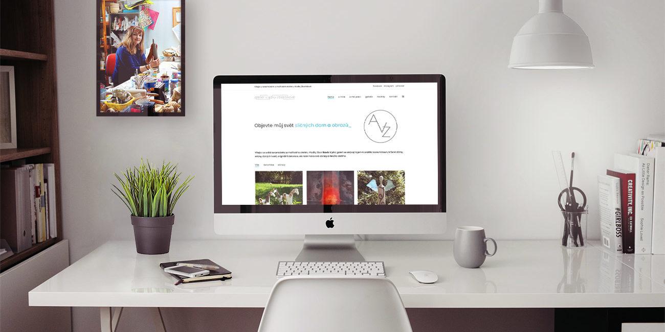 Fotografie úvodní stránky webových stránek Ateliéru Vlaďky Zborníkové na monitoru Mac, na zdi s fotografií Vlaďky Zborníkové v její keramické dílně