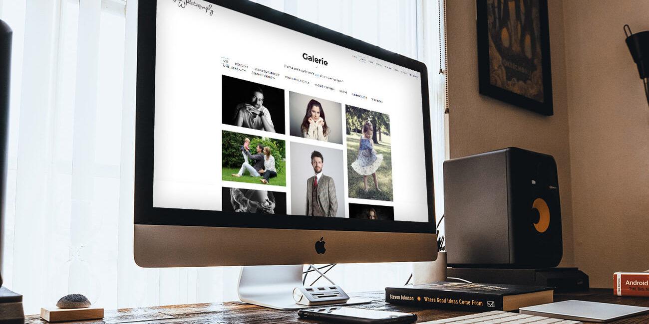 Fotografie webových stránek ateliéru JanWphotography otevřených na monitoru počítače.
